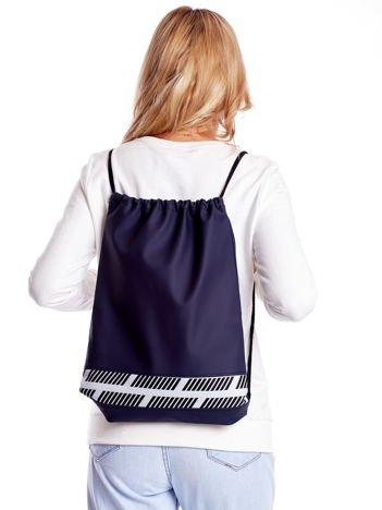 Granatowy plecak worek z materiałową wstawką