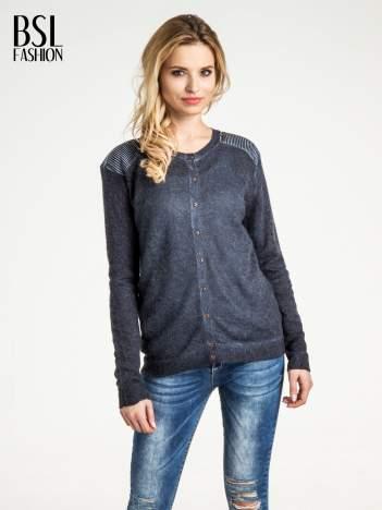Granatowy sweter na guziki z włochatej dzianiny