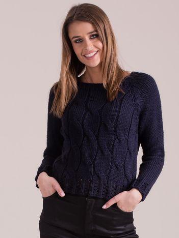 Granatowy sweter w warkoczowe sploty