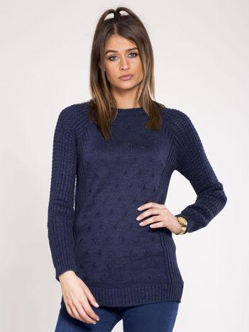 Granatowy sweter we wzory