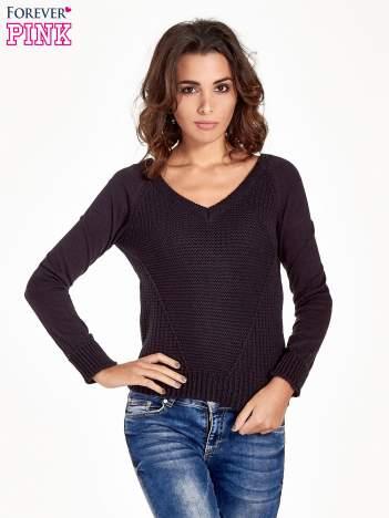 Granatowy sweter z dwustronnym dekoltem w serek