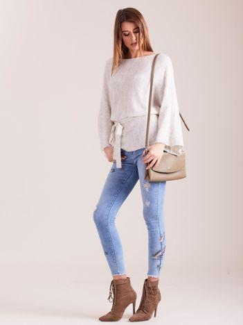 Jasnobeżowy sweter z szerokimi rękawami