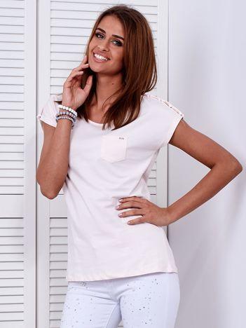 Jasnobrzoskwiniowy t-shirt z kieszonką i guzikami na ramionach