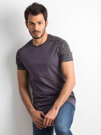 Jasnografitowy t-shirt męski z nadrukiem na rękawach