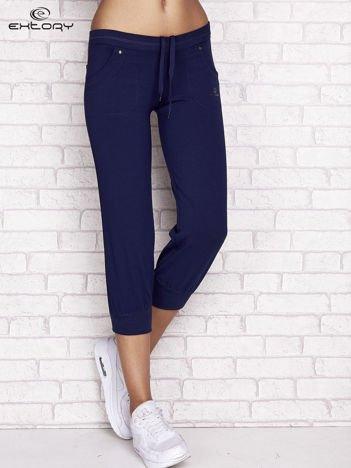 Jasnogranatowe spodnie dresowe capri z tylną kieszonką