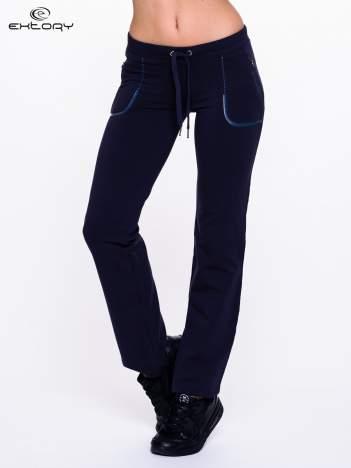 Jasnogranatowe spodnie dresowe ze skórzaną lamówką
