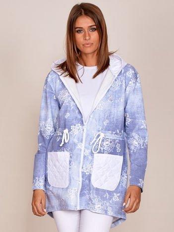 Jasnoniebieska bluza rozpinana w kwiaty z pikowanymi wstawkami