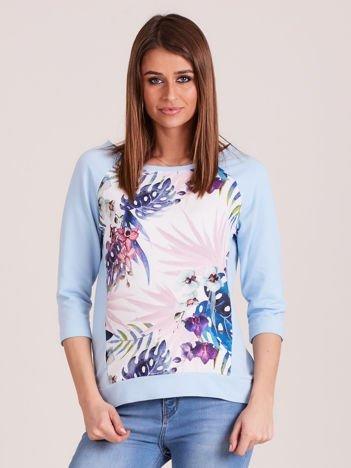 Jasnoniebieska bluza z motywem egzotycznych roślin