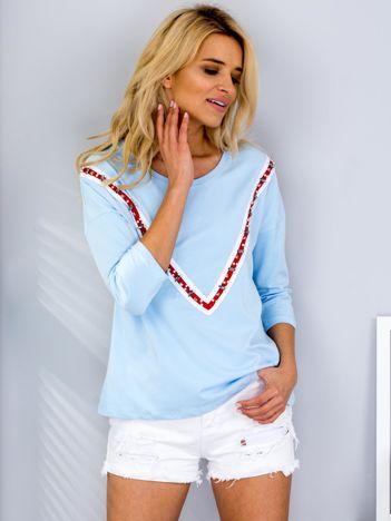 Jasnoniebieska bluzka z aplikacją