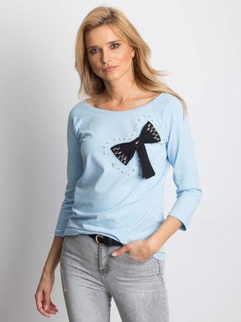Jasnoniebieska bluzka z ozdobną kokardą