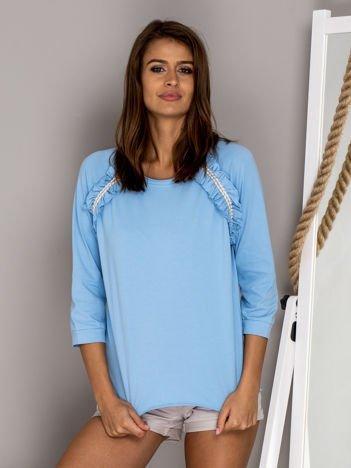 Jasnoniebieska bluzka z ozdobnymi falbanami