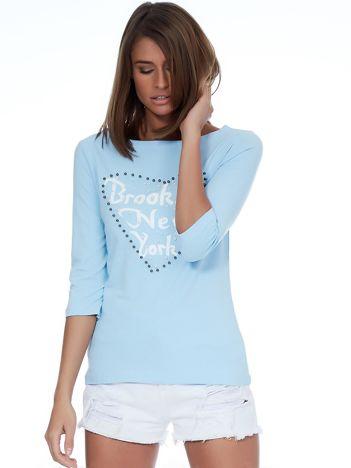 Jasnoniebieska bluzka z perełkami i napisem