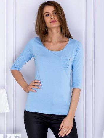 Jasnoniebieska bluzka z rozcięciami z tyłu