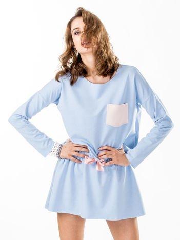 Jasnoniebieska dresowa sukienka z kieszonką