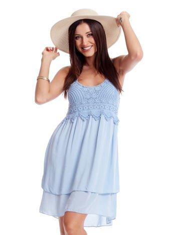 Jasnoniebieska sukienka na cienkich ramiączkach