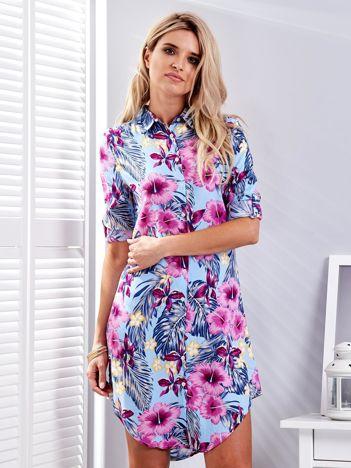 Jasnoniebieska sukienka w egzotyczne kwiaty
