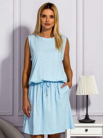 Jasnoniebieska sukienka z wiązaniem w pasie