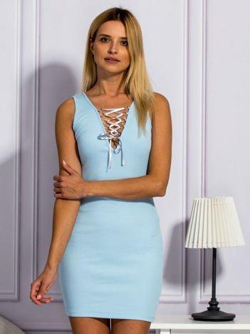 Jasnoniebieska sukienka ze sznurowanym dekoltem