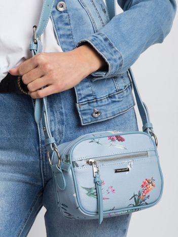 Jasnoniebieska torebka w kwiaty