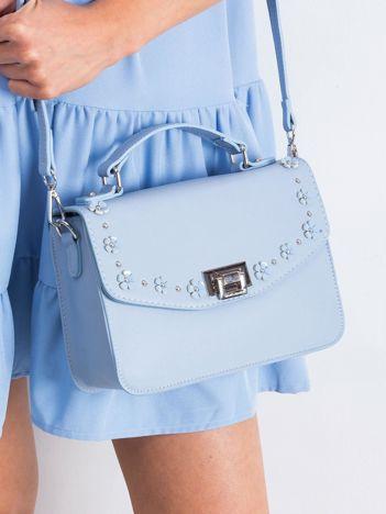 Jasnoniebieska torebka z kwiatową aplikacją