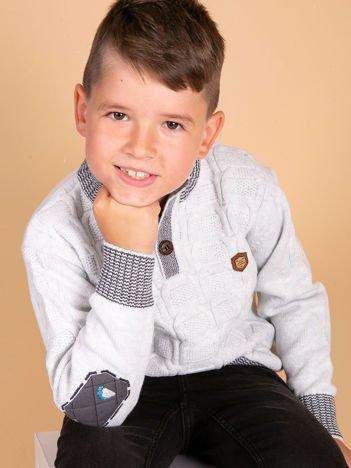 Jasnoniebieski dziergany sweter dla chłopca