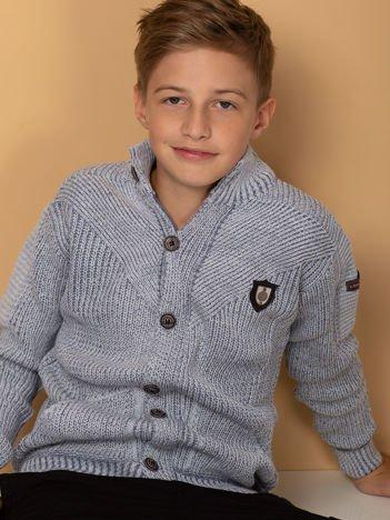 Jasnoniebieski sweter dla chłopca z kieszeniami