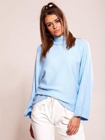 Jasnoniebieski sweter oversize z golfem