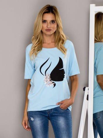 Jasnoniebieski t-shirt z kobiecym profilem