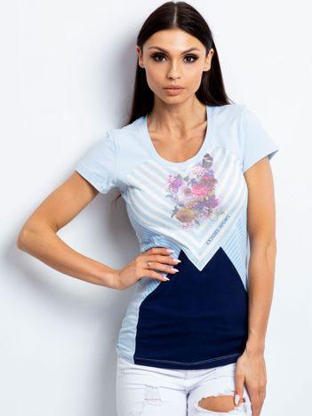 Jasnoniebieski t-shirt z motywem pasków i kwiatów