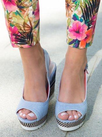 Jasnoniebieskie denim sandały na koturnach bez palców z kolorową podeszwą