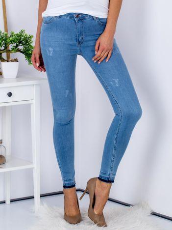 Jasnoniebieskie jeansy skinny z surowym wykończeniem