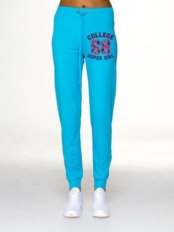 Jasnoniebieskie spodnie dresowe z napisem COLLEGE