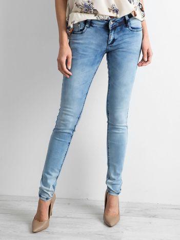 Jasnoniebieskie spodnie jeansowe biodrówki