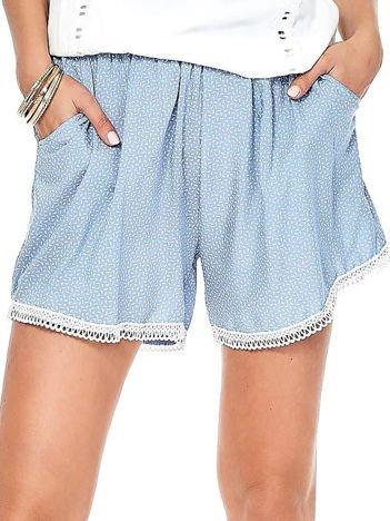 Jasnoniebieskie szorty w drobne geometryczne desenie