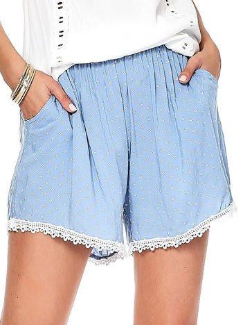 Jasnoniebieskie szorty w drobne wzory