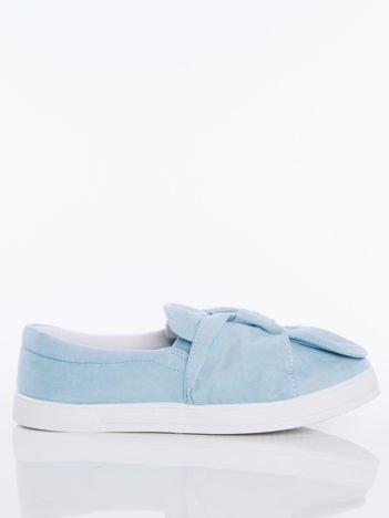 Jasnoniebieskie zamszowe slipony z zaplecioną kokardą na przodzie buta
