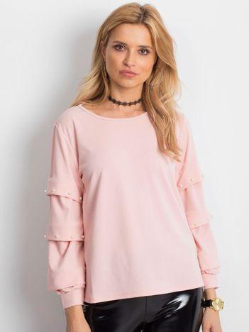 Jasnoróżowa bluzka z drapowanymi rękawami i perełkami