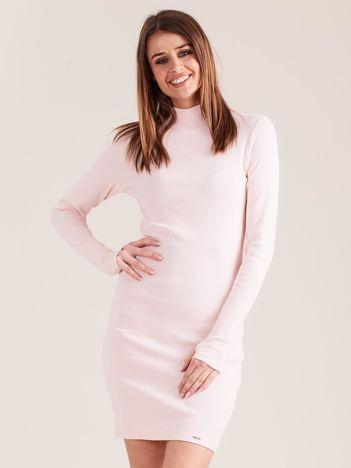 Jasnoróżowa dopasowana sukienka z półgolfem