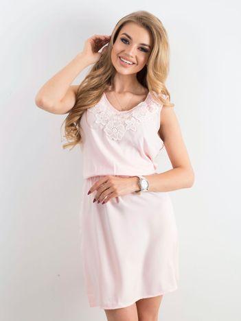 Jasnoróżowa letnia sukienka