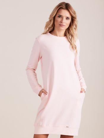 Jasnoróżowa sukienka dresowa z kieszeniami