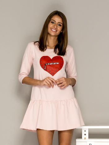 Jasnoróżowa sukienka dresowa ze skórzanym sercem