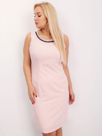 Jasnoróżowa sukienka plus size Midnight