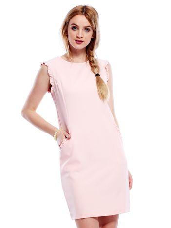Jasnoróżowa sukienka z drobnymi falbankami