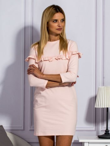 Jasnoróżowa sukienka z falbankami