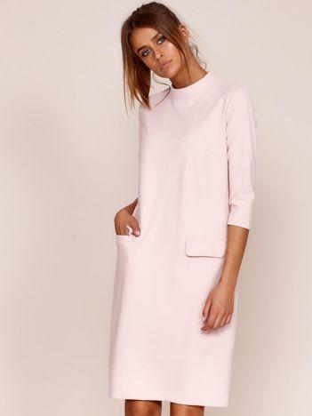 Jasnoróżowa sukienka z kieszeniami