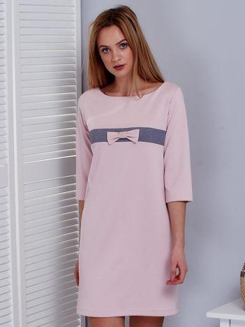 Jasnoróżowa sukienka z kokardką