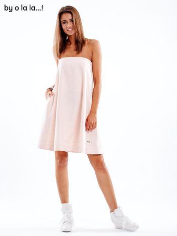Jasnoróżowa sukienka z koronkową lamówką BY O LA LA