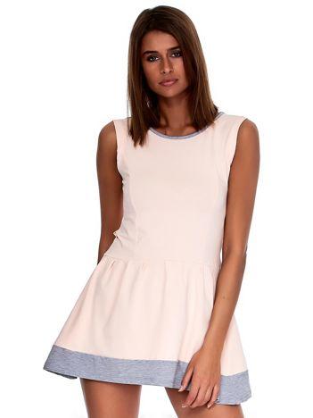 Jasnoróżowa sukienka z szarym wykończeniem