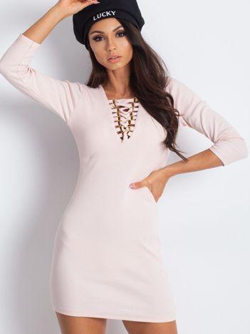 Jasnoróżowa sukienka ze sznurowanym dekoltem