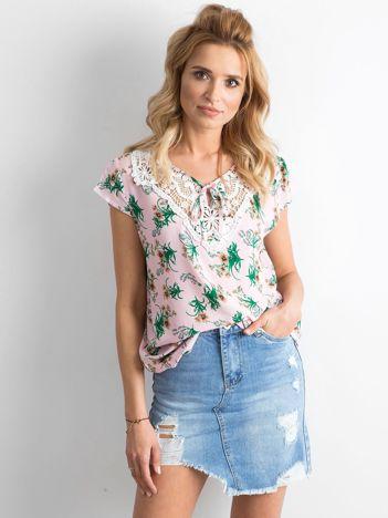 Jasnoróżowa zwiewna bluzka w kwiaty